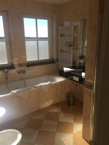 A bathroom at Strandhotel Deichgraf Graal-Müritz