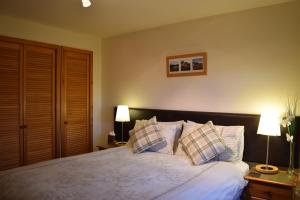 A bed or beds in a room at Westhaven Bed and Breakfast