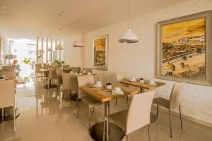A restaurant or other place to eat at Sea Garden, Residência