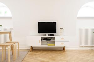 A television and/or entertainment centre at Vana-Posti Apartment