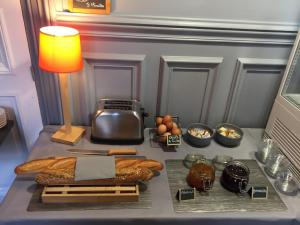 Breakfast options available to guests at Au Bout Du Quai