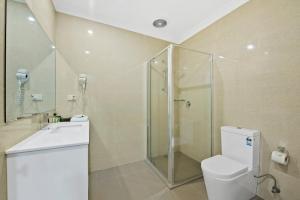 A bathroom at Comfort Hotel Dandenong
