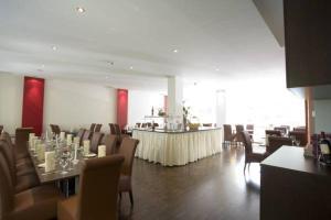 Ein Restaurant oder anderes Speiselokal in der Unterkunft Hotel Kattenbusch