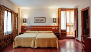A bed or beds in a room at Hotel Santa Isabel