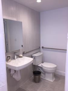 Salle de bains dans l'établissement Sea Spray Inn