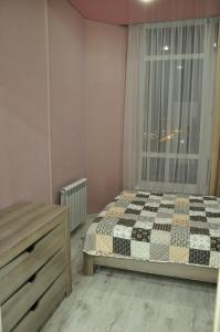Кровать или кровати в номере Apartment On Turisticheskaya 4A