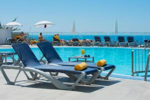 The swimming pool at or close to Duas Torres Hotel