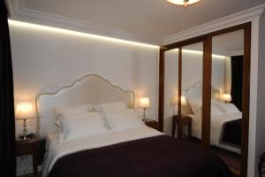 Ein Bett oder Betten in einem Zimmer der Unterkunft Hôtel Victor Hugo