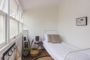 A bed or beds in a room at Lena's Beach House Byron Bay