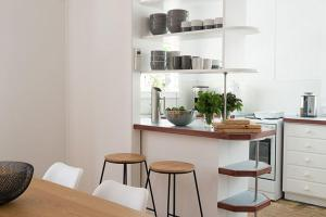 A kitchen or kitchenette at Lena's Beach House Byron Bay