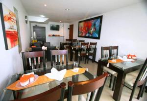 A restaurant or other place to eat at Hotel Expo Inn Embajada