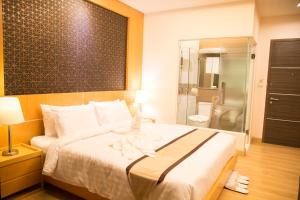 A bed or beds in a room at Baitong Hotel