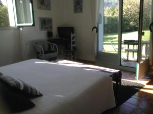 A bed or beds in a room at Le Clos de St Paul