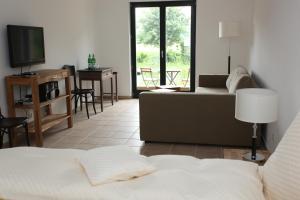 Ein Sitzbereich in der Unterkunft Lindenhof Gästehaus & Hofcafe