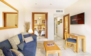 Een zitgedeelte bij Sunset Beach Club Hotel Apartments
