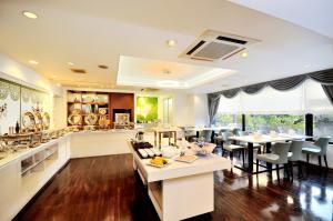 Ein Restaurant oder anderes Speiselokal in der Unterkunft Grand Park Hotel Panex Kimitsu