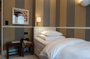 A bed or beds in a room at Hotel Kindli