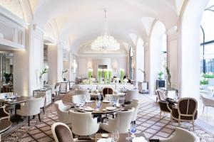 Um restaurante ou outro lugar para comer em Four Seasons Hotel George V Paris