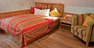 A bed or beds in a room at Landgasthof Deutsche Eiche