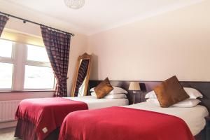 A bed or beds in a room at Arnolds Hotel & Riding Stables