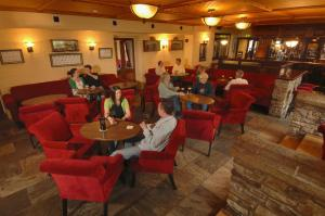 A restaurant or other place to eat at Arnolds Hotel & Riding Stables