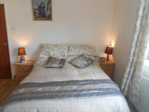 A bed or beds in a room at Lletygwilym, Heol dwr