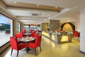 Marigold Sarovar Portico Shimlaにあるレストランまたは飲食店