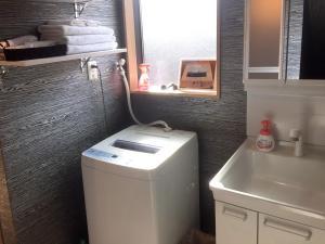 A bathroom at Luana Sanjusangendo