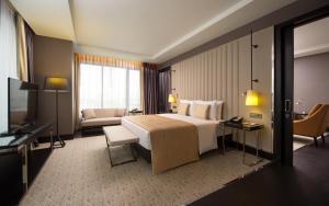 DoubleTree by Hilton Minsk tesisinde bir odada yatak veya yataklar