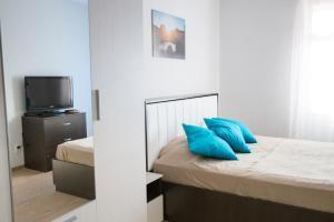 Кровать или кровати в номере ZimaLeto apartment na Energetikov 9