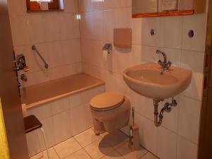 Ein Badezimmer in der Unterkunft Haus Obertal