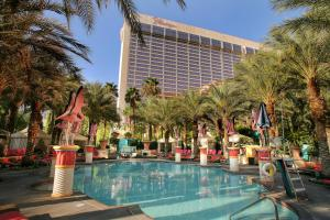 The swimming pool at or close to Flamingo Las Vegas Hotel & Casino