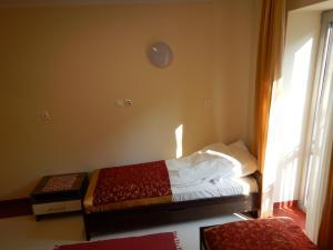 Una cama o camas en una habitación de Hostel Skłodowska