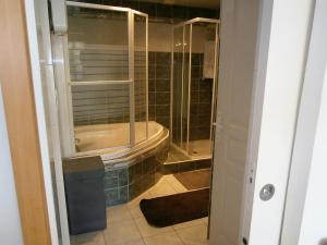 A bathroom at Maison de la Place
