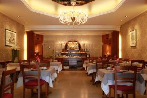 Een restaurant of ander eetgelegenheid bij Hotel Figaro