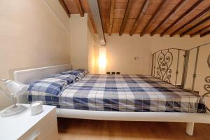A bed or beds in a room at Tripoli Apartment