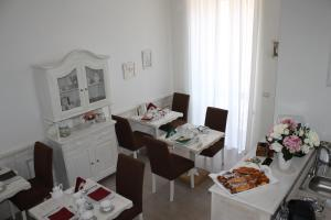 A restaurant or other place to eat at B&B Paura