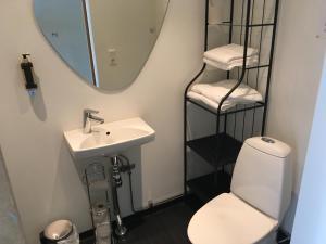 Ett badrum på Trehörna Hotell & Konferens