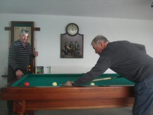 A pool table at Chambres d'hôtes Le Chardon Fleuri