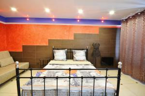 """A bed or beds in a room at Apartment on Lermontova """"Red"""""""