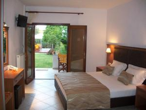 Un pat sau paturi într-o cameră la Hotel Filoxenia
