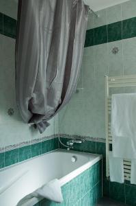 Salle de bains dans l'établissement Hôtel Les Amandiers