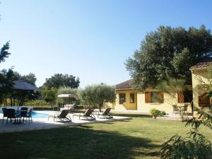 The swimming pool at or near Cozy Villa in Sorgues with Swimming Pool
