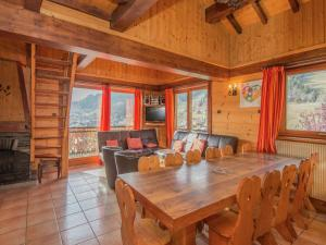 A restaurant or other place to eat at Cozy Holiday Home in Les Gets near Ski Area