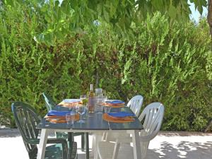 A restaurant or other place to eat at Modern Villa in Uzes with Pool and Jacuzzi