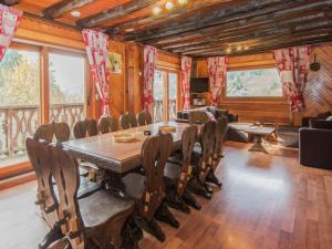A restaurant or other place to eat at Cozy Holiday Home in Les Gets with TV
