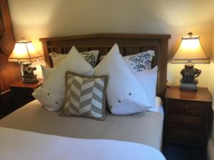 A bed or beds in a room at Davaar Hideaway Leura