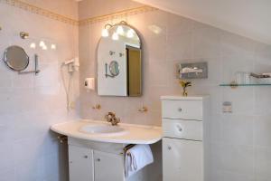 A bathroom at Hotel Landhaus Fuhrgassl-Huber