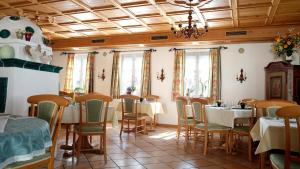 A restaurant or other place to eat at Hotel Landhaus Fuhrgassl-Huber