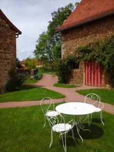 A garden outside Chambres d'Hôtes La Vie en Roses